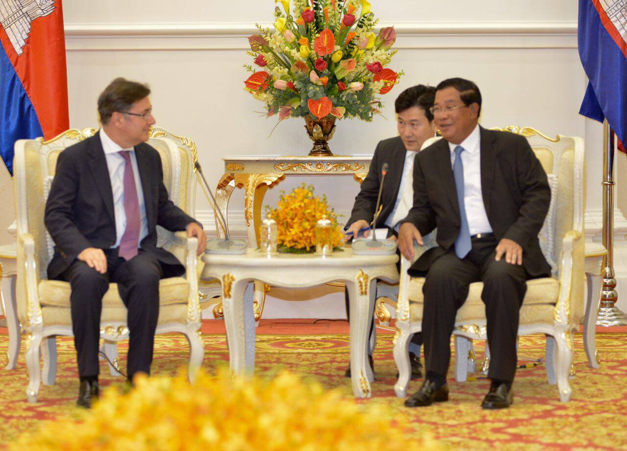 Prime Minister Hun Sen and CEO Olivier Klein meet for BRED Bank's official launch in Cambodia