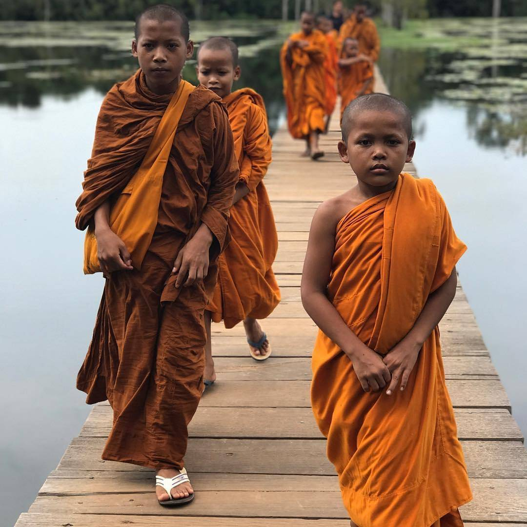 Novice monks making their way to Neak Pean.